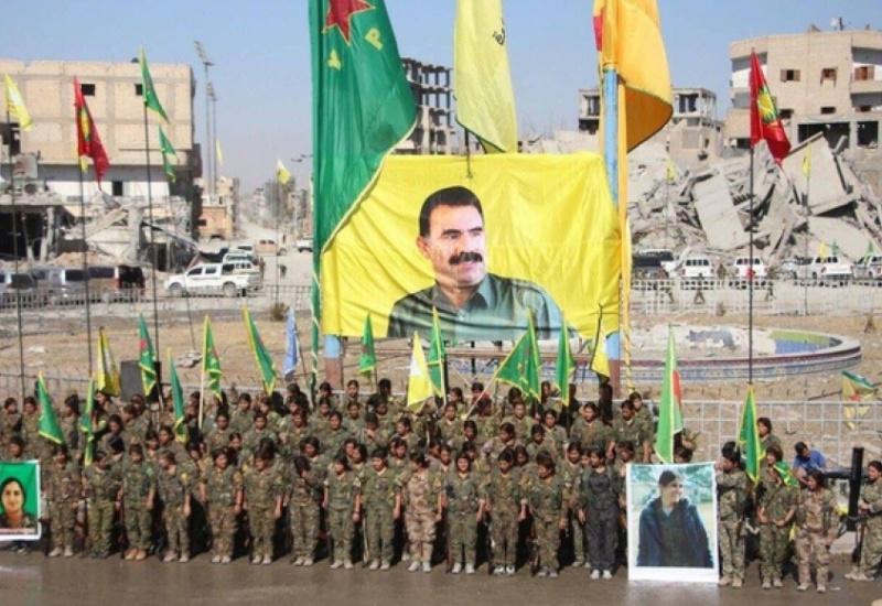 Τρέμει ο Ερντογάν! Σημαία με τον Οτσαλάν σήκωσαν οι Κούρδοι στην Ράκκα