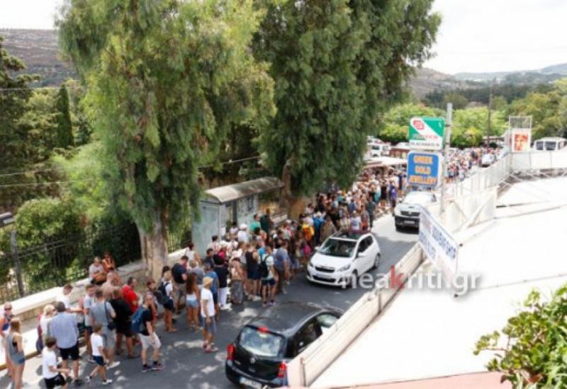 Κρήτη: Εικόνες ντροπής στην Κνωσό - Οι ουρές ατελείωτης ταλαιπωρίας - Τραγελαφική σκηνή με οδηγό λεωφορείου