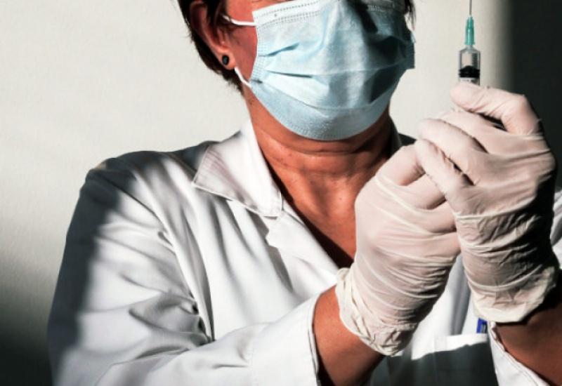 «Εχετε μαύρα μεσάνυχτα» -Νοσηλεύτρια με ανάρτησή της «γκρεμίζει» τις ψεκασμένες θεωρίες συνωμοσίας για τα εμβόλια