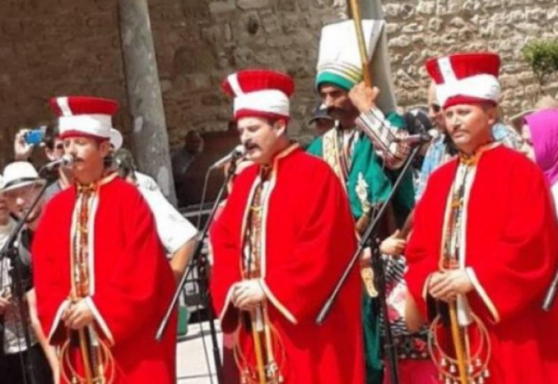 Θεσσαλονίκη: Οθωμανικά εμβατήρια μπροστά από εκκλησία!