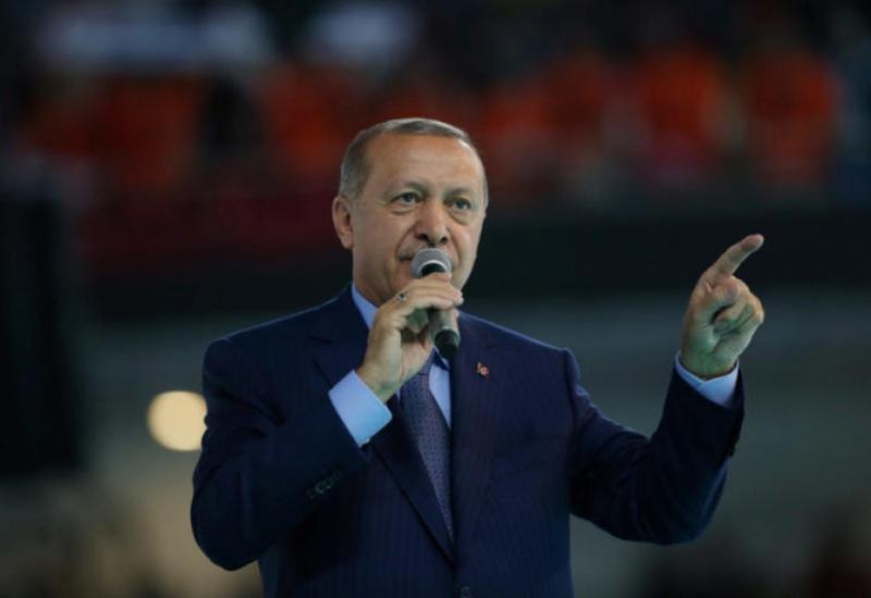 Guardian: «Η Τουρκία παραπαίει στην άβυσσο του υπερόπτη Ερντογάν» – Το αρχαιοελληνικό ρητό και οι αιχμές