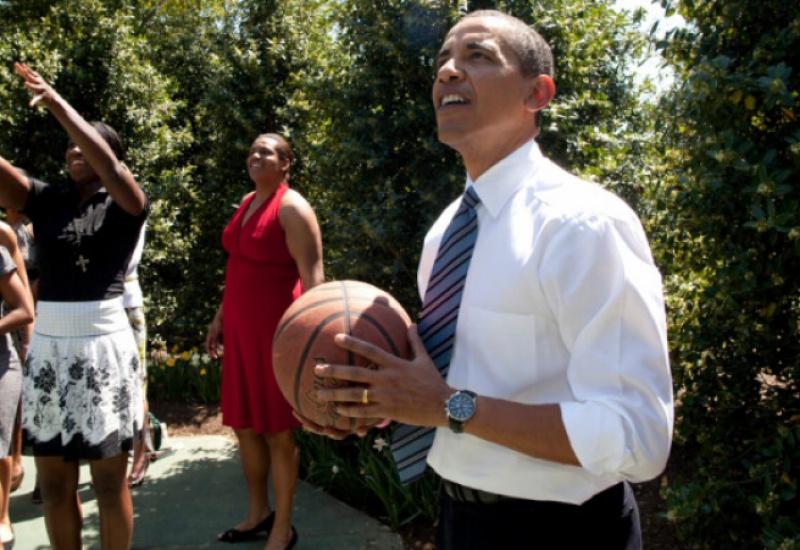 120.000 δολάρια «έπιασε» σε δημοπρασία η φανέλα που έπαιζε μπάσκετ ο Μπαράκ Ομπάμα στο σχολείο