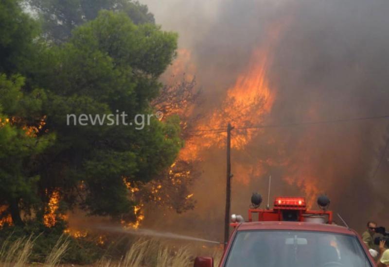 Μεγάλη φωτιά στην Κινέτα – Καίγονται σπίτια!