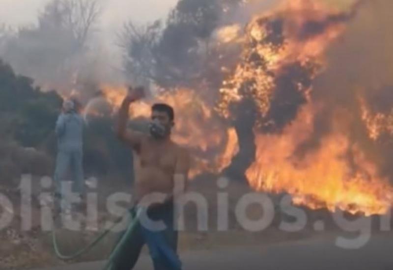 Χίος: Ανεξέλεγκτη τώρα η φωτιά που έκαψε σπίτια - Αποκαλυπτικές εικόνες καταστροφής - Μεγάλη μάχη σε 3 μέτωπα!